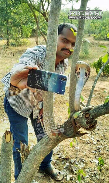 Selfie with Snake Funny Pic India Funny Picture