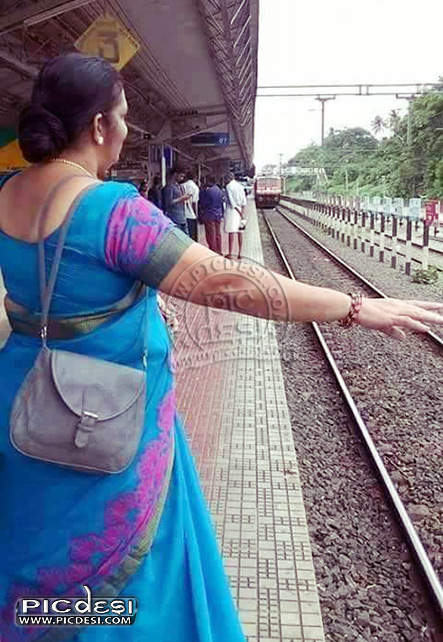 Train Stopping Funny Pic India Funny Picture